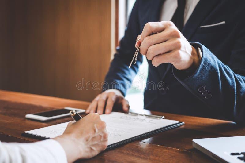 Sprzedaż kierownika segregowania klucze klient po podpisywać wynajem arendę obrazy royalty free