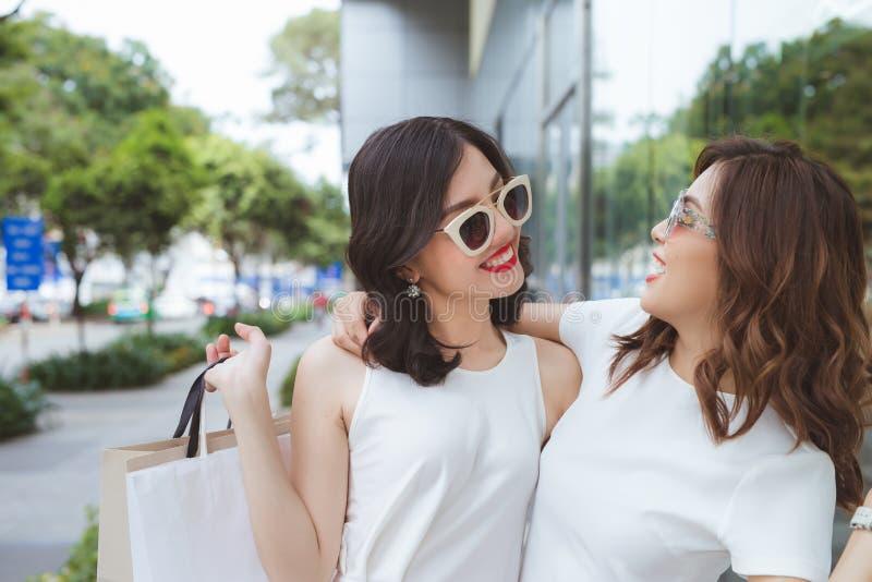 Sprzedaż, konsumeryzm i ludzie pojęć, - szczęśliwe młode kobiety z sh fotografia stock
