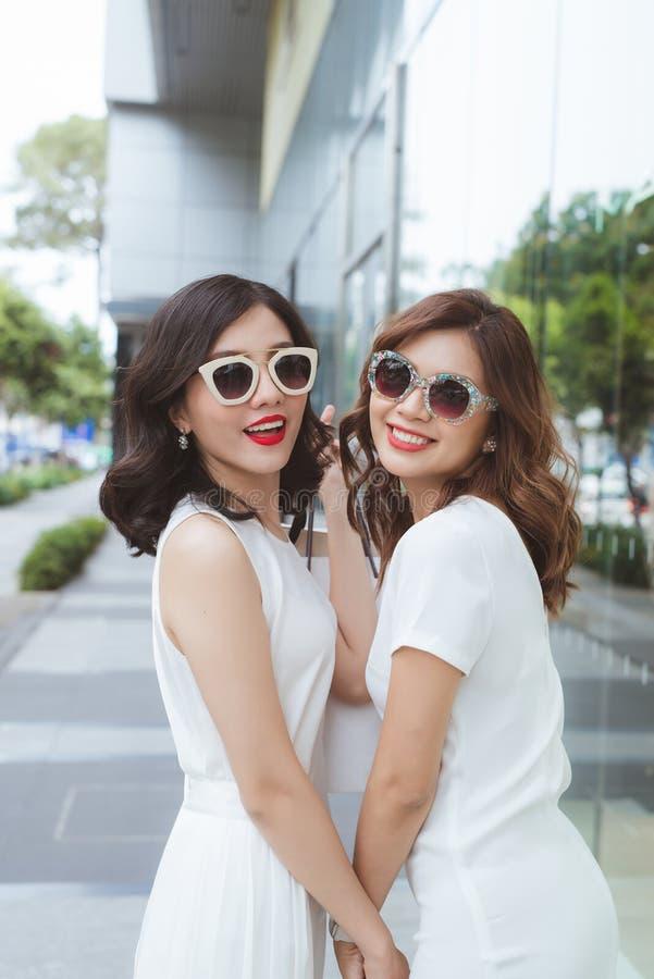 Sprzedaż, konsumeryzm i ludzie pojęć, - szczęśliwe młode kobiety z torba na zakupy na miasto ulicie obraz royalty free