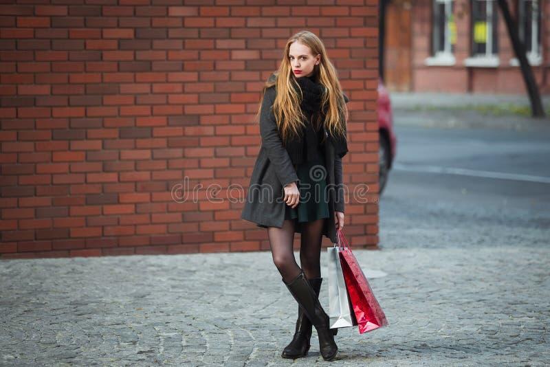 Sprzedaż, konsumeryzm i ludzie pojęć, - szczęśliwe młode piękne kobiety trzyma torba na zakupy, chodzi zdala od sklepu obrazy royalty free