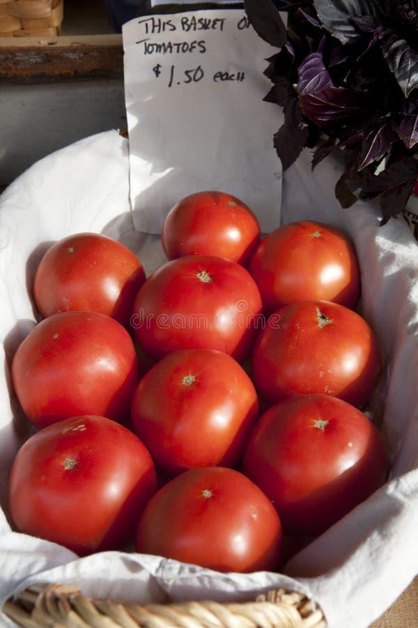 sprzedaż koszykowi dojrzali pomidory zdjęcia stock
