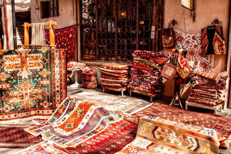 Sprzedaż krajowi dywany na ulicach Tbilisi Gruzja obraz royalty free