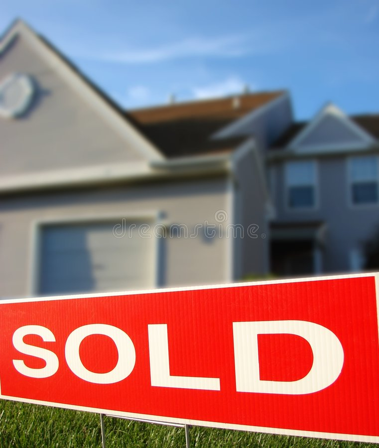 sprzedaż nieruchomości w domu prawdziwego znaku sprzedane obraz stock