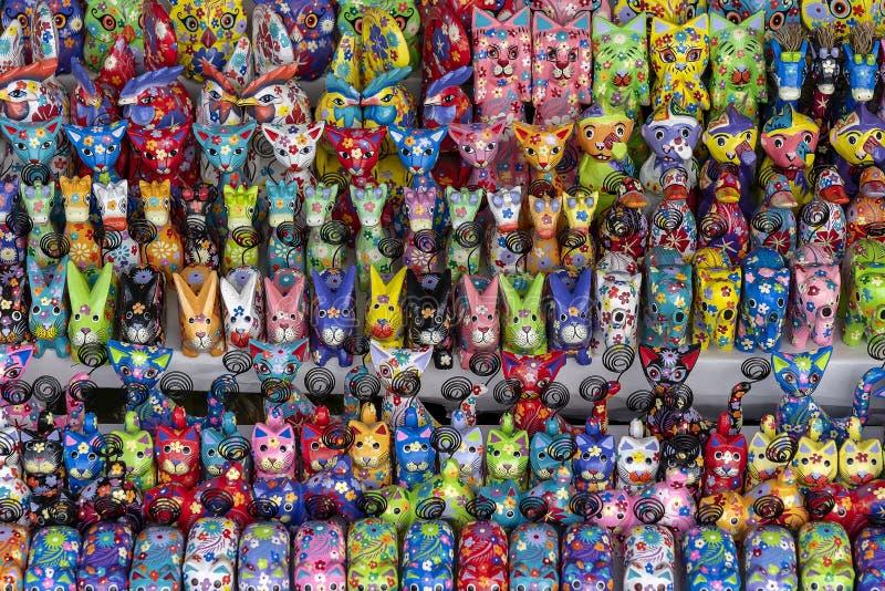 Sprzedaż pamiątki - śmieszni handmade drewniani zwierzęta w ulicznym rynku Jaskrawa kolorowa dziecko dekoracja dla wn?trza i zaba zdjęcie stock