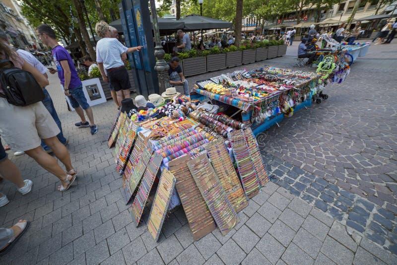 Sprzedaż pamiątki i dekoracje na ulicie w centrum Luksemburg obraz stock