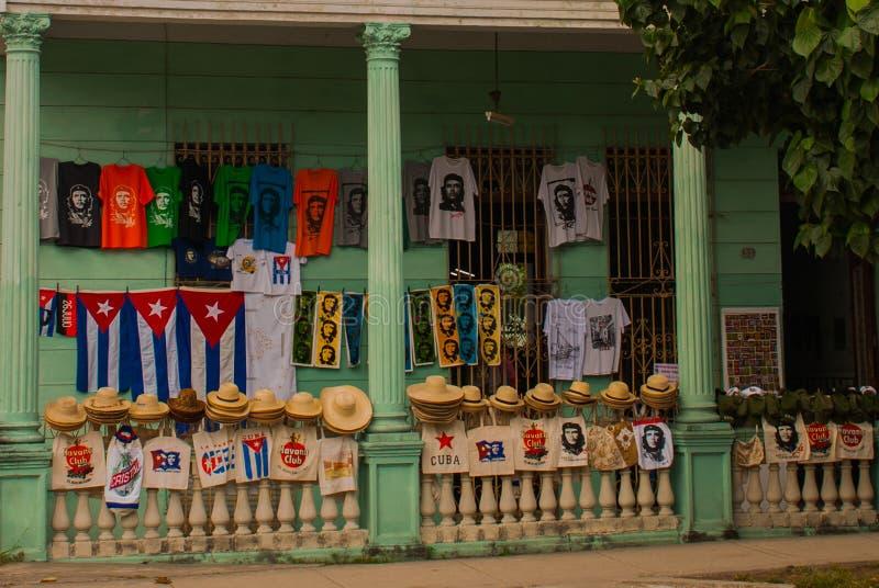 Sprzedaż pamiątki: koszulki, kapelusze, nakrętki, torby, Kuba flaga, Che Guevara portret clara Cuba Santa obrazy stock