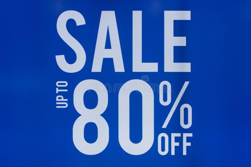 Sprzedaż plakaty do 80 procentów dyskontowego sklepu rabata znaka gabloty wystawowej zdjęcie royalty free