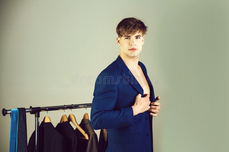 Sprzedaż, zakupy, moda, styl i ludzie pojęć, mężczyzna w kurtce obraz stock