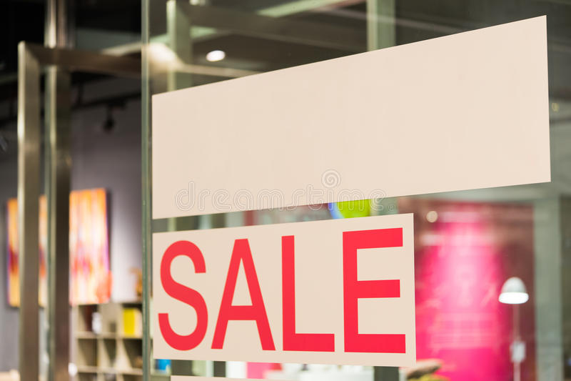 Sprzedaż znak z biel kopii przestrzenią przed sklepem zdjęcia royalty free