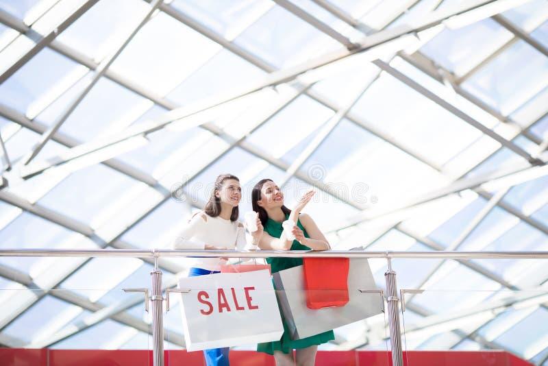 Sprzedaże w nowym zakupy centrum handlowym fotografia royalty free