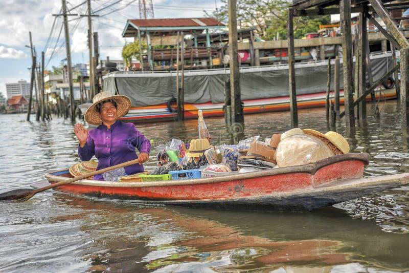 Sprzedaży kobiety w łodzi na spławowym rynku zdjęcia royalty free