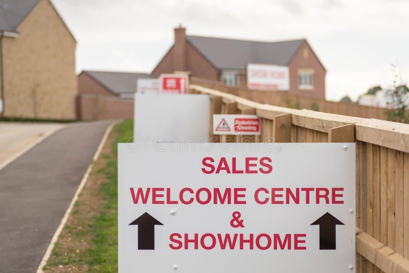 Sprzedaży showhome i podpisujemy na nowy mieszkaniowym stwarzamy ognisko domowe rozwój nieruchomości wejście w Anglia obraz stock