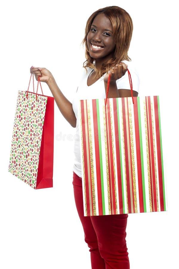 Sprzedaży Sprzedaż… Kobiety przewożenia torba na zakupy obraz stock