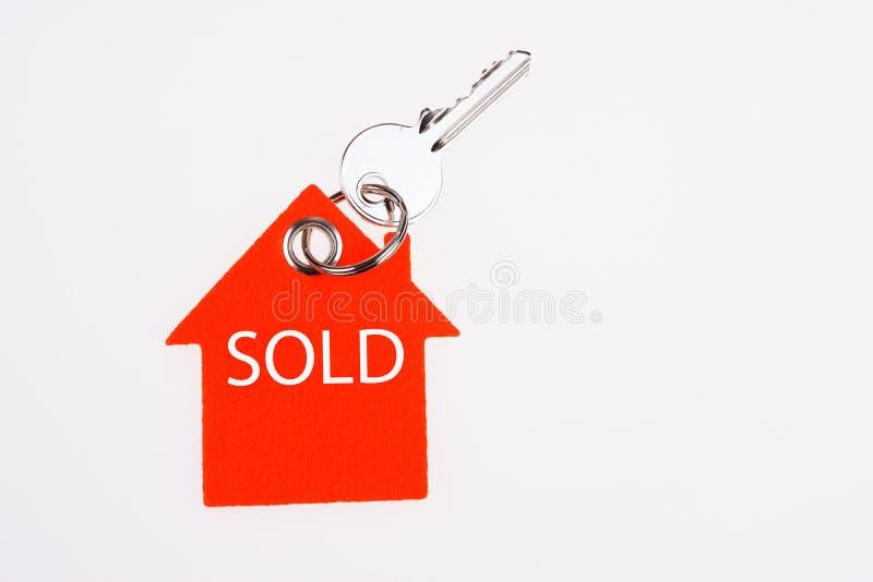 Sprzedaj?cy klucz na kluczowym pier?cionku i znak Real Estate sprzeda?y poj?cie fotografia royalty free