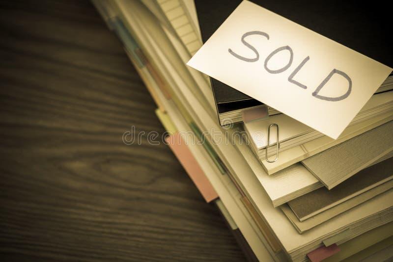 Sprzedający; Stos Biznesowi dokumenty na biurku obraz stock