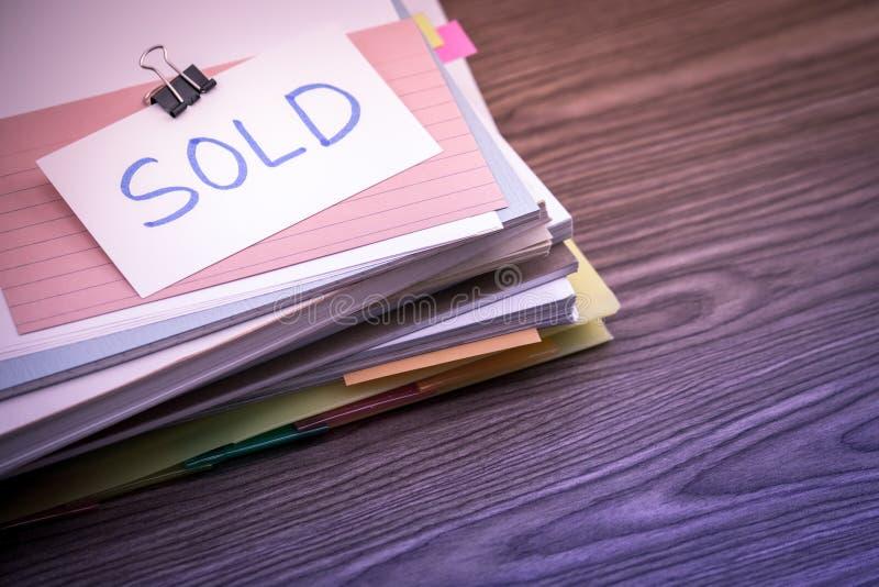 Sprzedający; Stos Biznesowi dokumenty na biurku zdjęcia royalty free