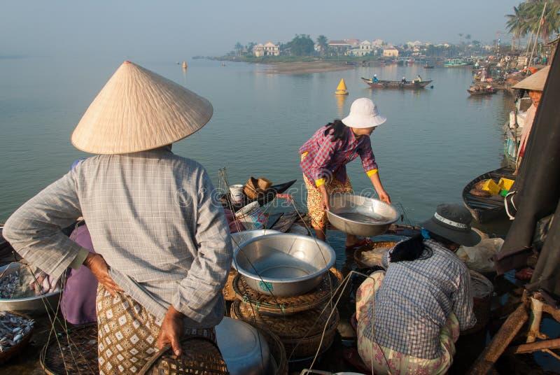 Sprzedaje denny jedzenie w Wietnam zdjęcia royalty free