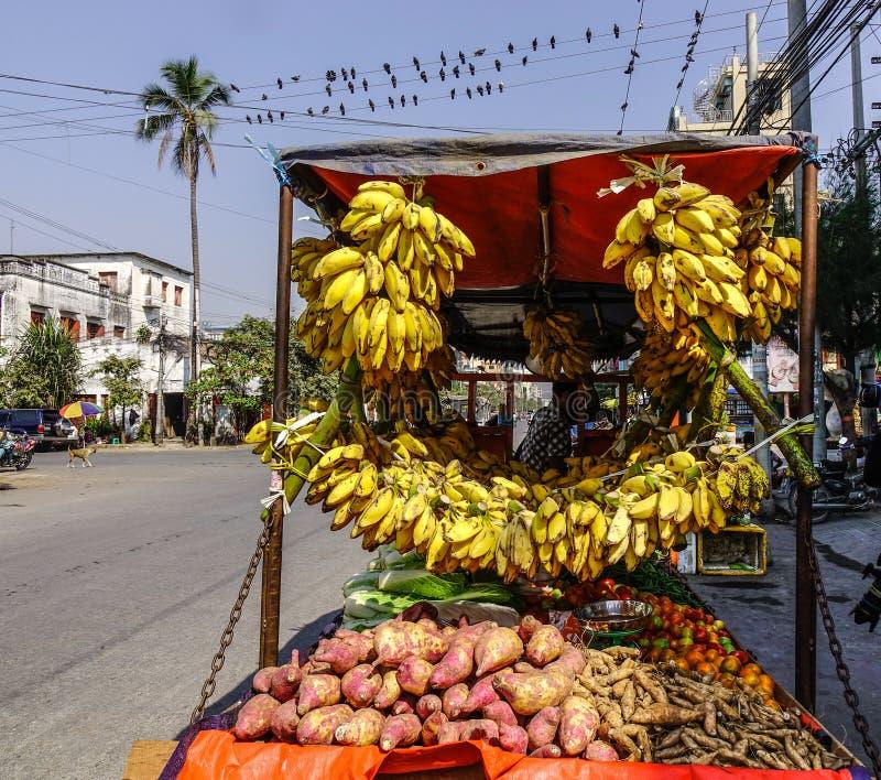 Sprzedawanie banan na ulicie w Yangon, Myanmar obraz stock