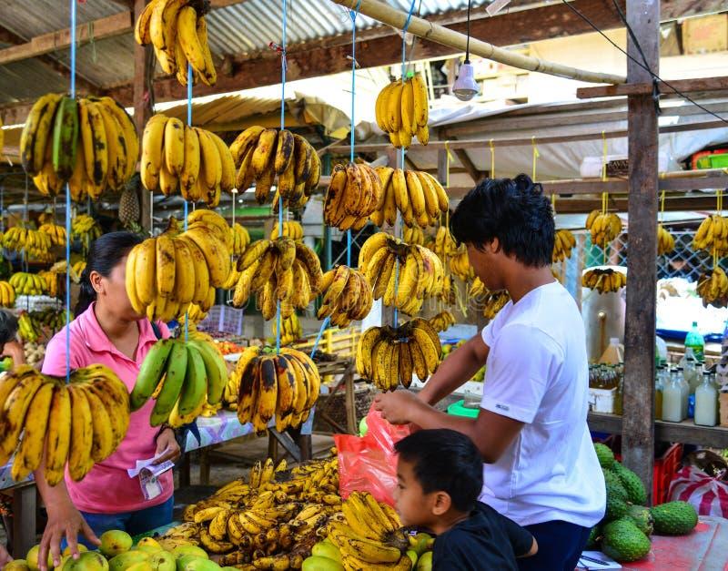 Sprzedawanie banan przy wiejskim rynkiem zdjęcia stock