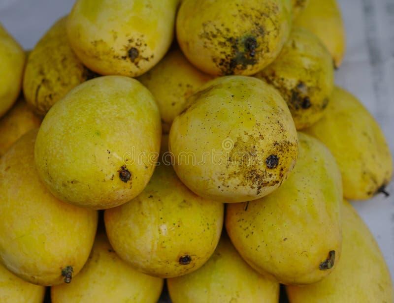 Sprzedawanie mangowe owoc przy ulicznym rynkiem obrazy stock