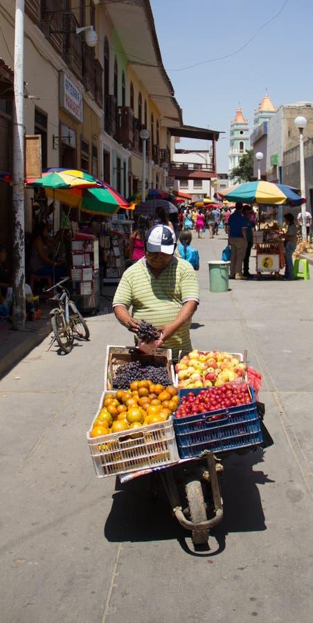 Sprzedawanie owoc na ulicznym rynku w Peru obraz stock