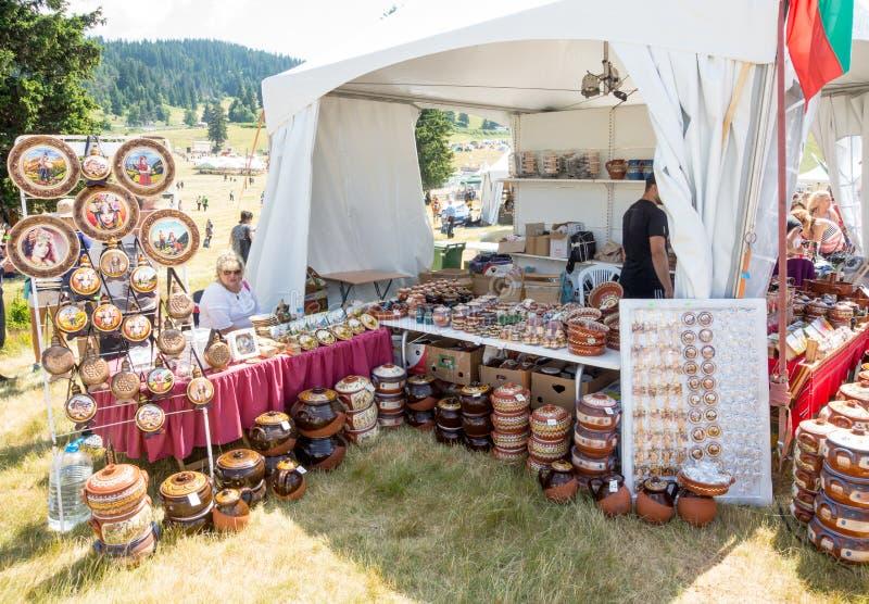 Sprzedawca ceramiczne pamiątki przy folkloru festiwalem w Bułgaria zdjęcia royalty free