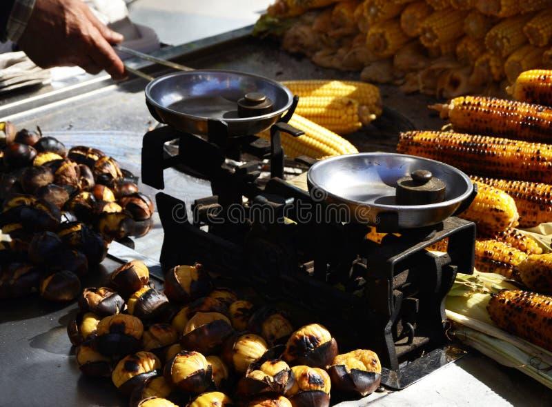 Sprzedawca piec kukurudza kasztany i, Istanbuł, Turcja zdjęcie royalty free