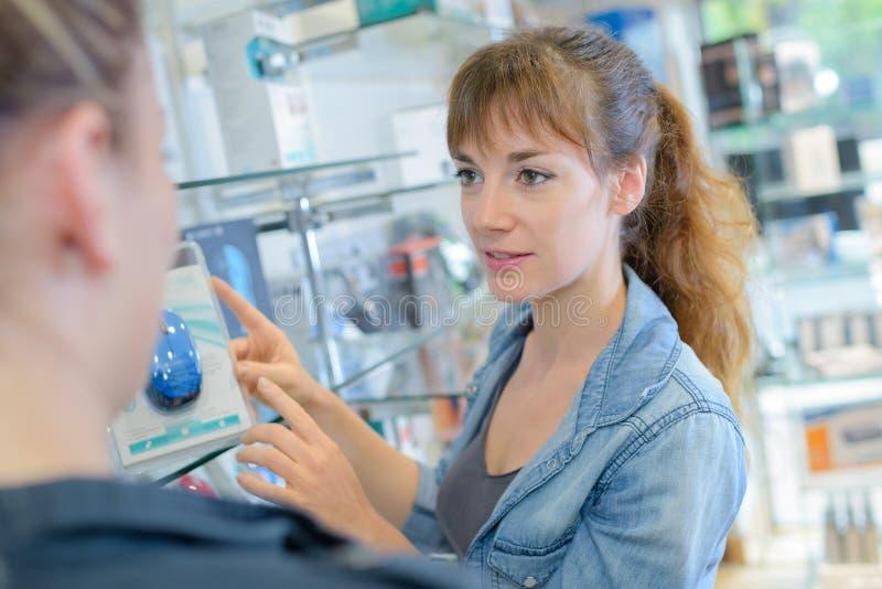 Sprzedawca pokazuje komputerowej myszy klient obrazy stock