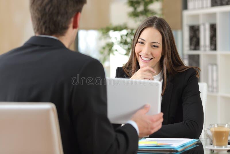 Sprzedawca pokazuje produkt klient fotografia stock