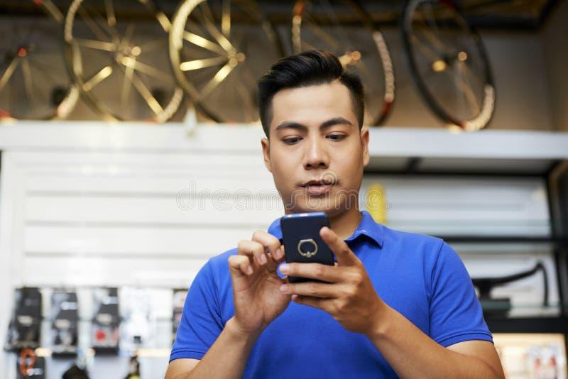 Sprzedawca używa telefon komórkowego fotografia royalty free
