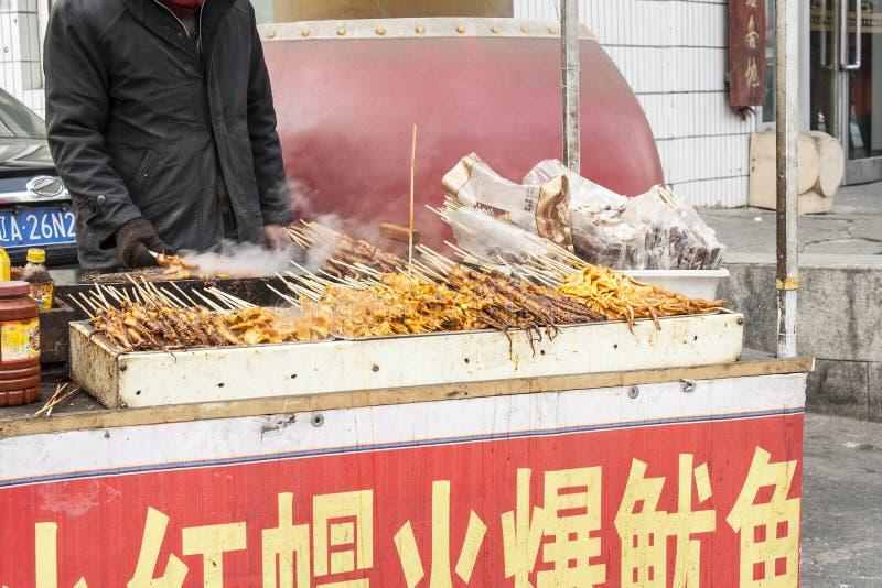 Sprzedawca Uliczny jedzenie w Shenyang Chiny zdjęcia royalty free