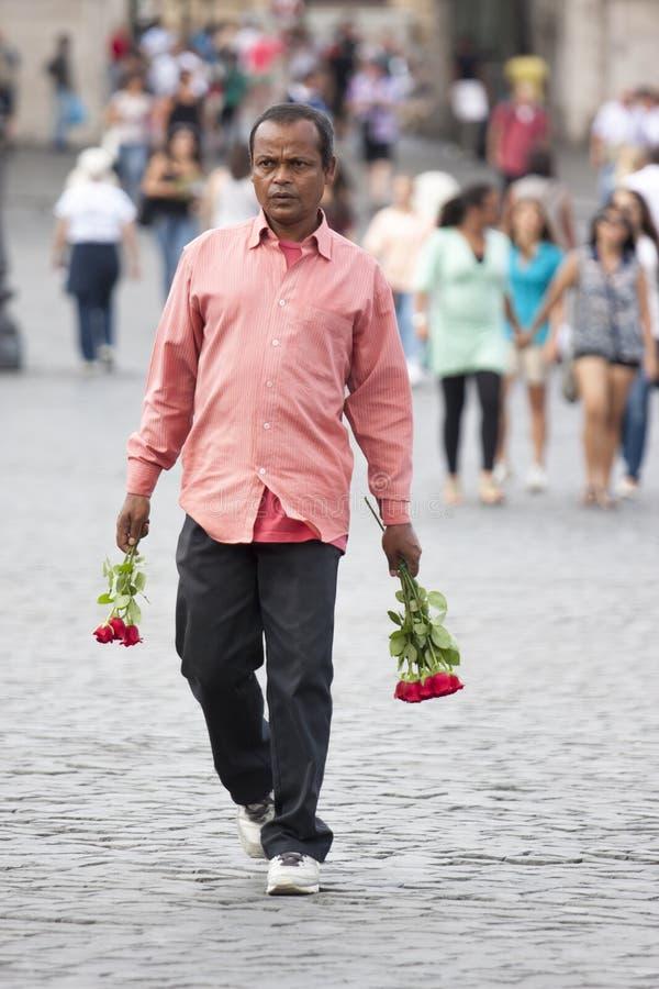 Sprzedawca uliczny róże dla turystów obraz stock