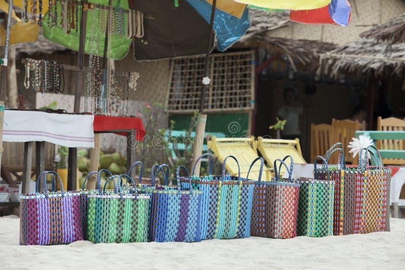 Sprzedawca uliczny sprzedaje słomianych kapelusze i torebki obrazy royalty free