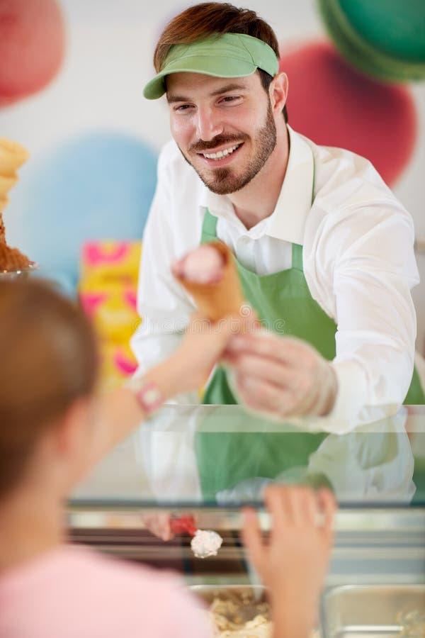 Sprzedawca w ciasteczku zapewnia lody dziewczyna zdjęcie royalty free
