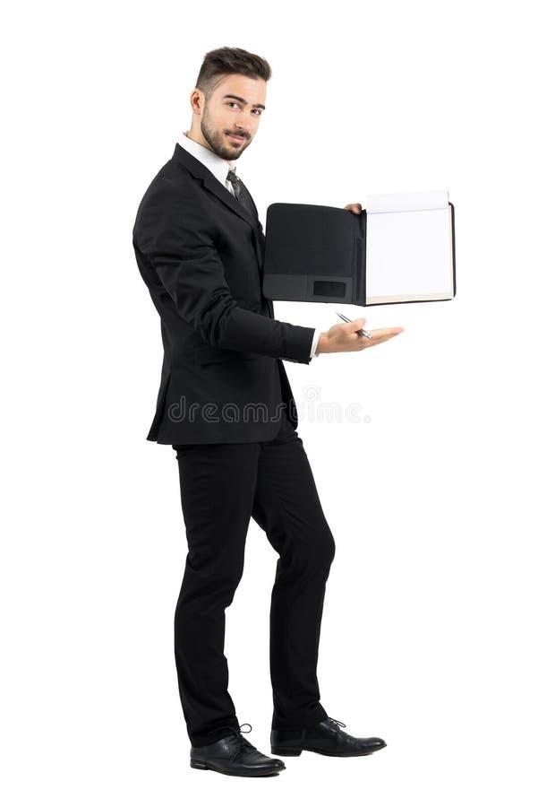 Sprzedawca w kostiumu pokazuje pustemu miejscu pustego dokumentu papier zdjęcie stock