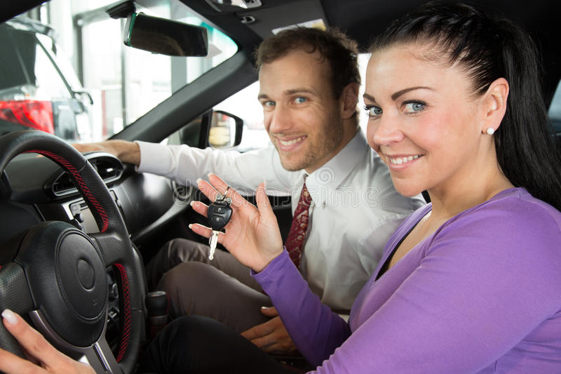 Sprzedawca w przedstawicielstwie firmy samochodowej sprzedaje samochód klient zdjęcie royalty free