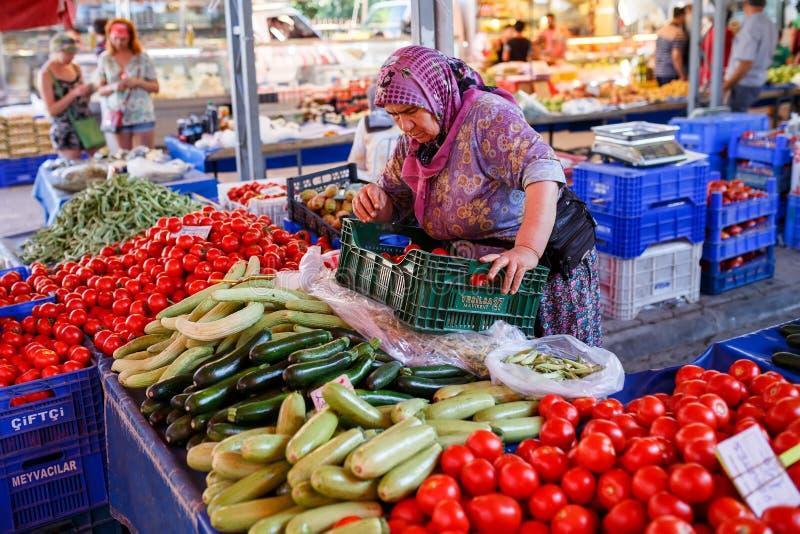 Sprzedawca warzywa w turecczyzna rynku Kemer, Turcja obraz royalty free