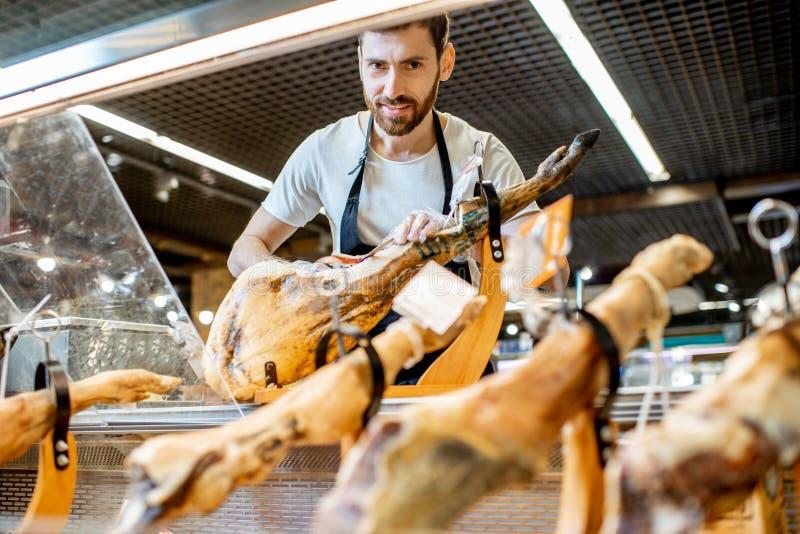 Sprzedawca z jamon w supermarkecie fotografia royalty free