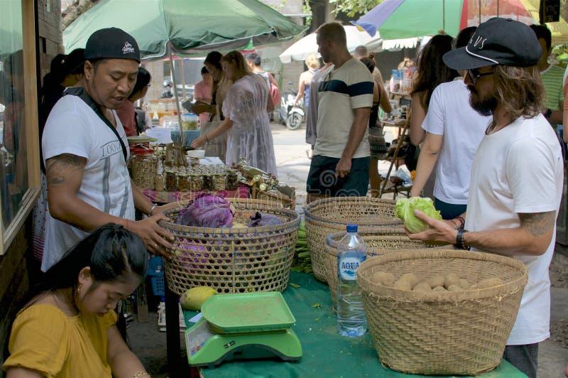 Sprzedawcy i kostiumery przy żywność organiczna rynkiem obraz stock
