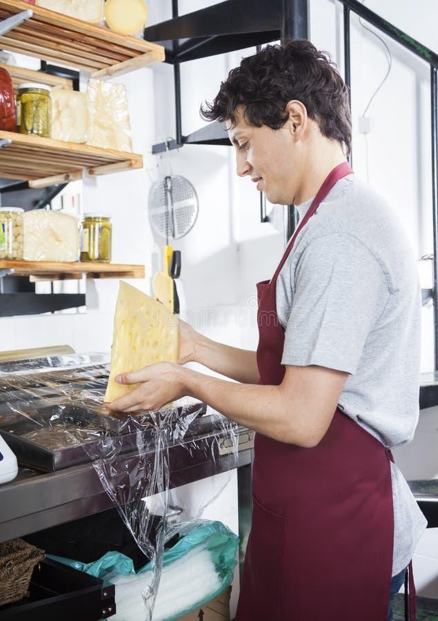 Sprzedawcy kocowania ser Przy sklepem spożywczym obraz royalty free