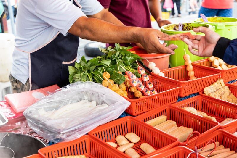 Sprzedawcy loka sprzedawanie wypaczaj?cy lok w ulicznego rynku bazaru kramu zdjęcia royalty free
