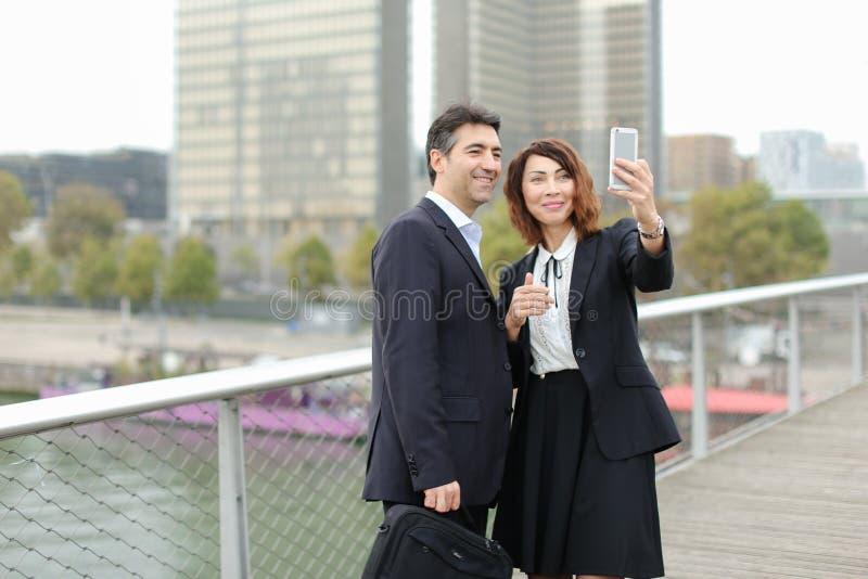 Sprzedawcy mężczyzna i HR kierownik kobieta używa smartphone bierze sel fotografia stock