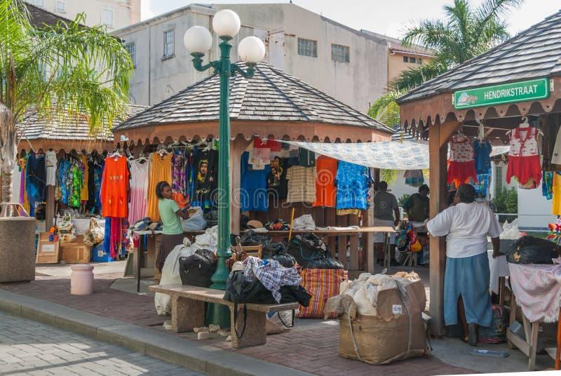Sprzedawcy odpakowywają towary przy rynkiem w Philipsburg, Sint Maarten fotografia stock