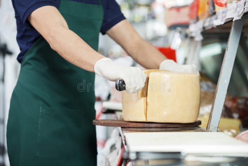 Sprzedawcy przecinania ser Z kopią Obchodził się nóż zdjęcie royalty free