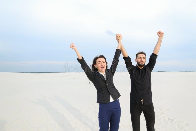 Sprzedawcy samiec i kobiety cieszenie przy początkiem wakacje przy se fotografia stock