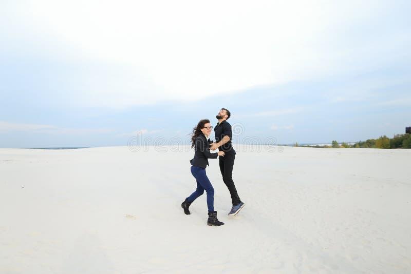 Sprzedawcy samiec i kobiety cieszenie przy początkiem wakacje przy se zdjęcie stock