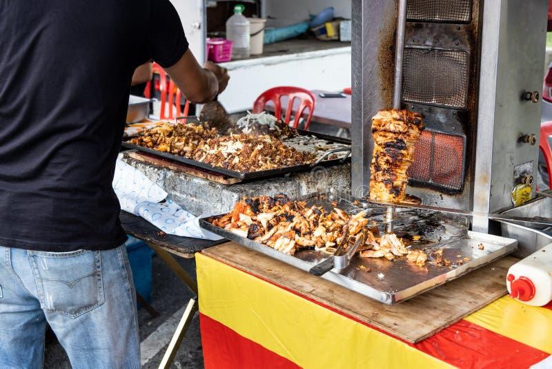 Sprzedawcy sprzedawania kebab w ulicznego rynku bazarze dla iftar fotografia stock