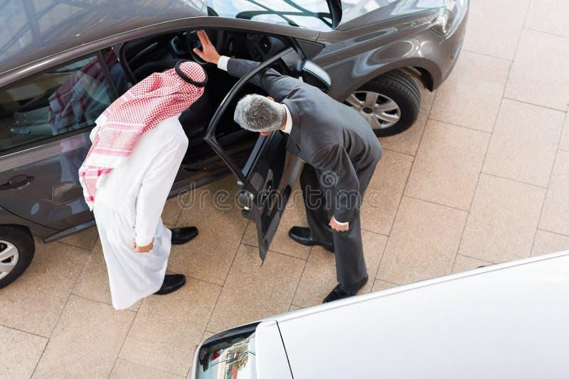 Sprzedawcy sprzedawania samochód zdjęcie royalty free