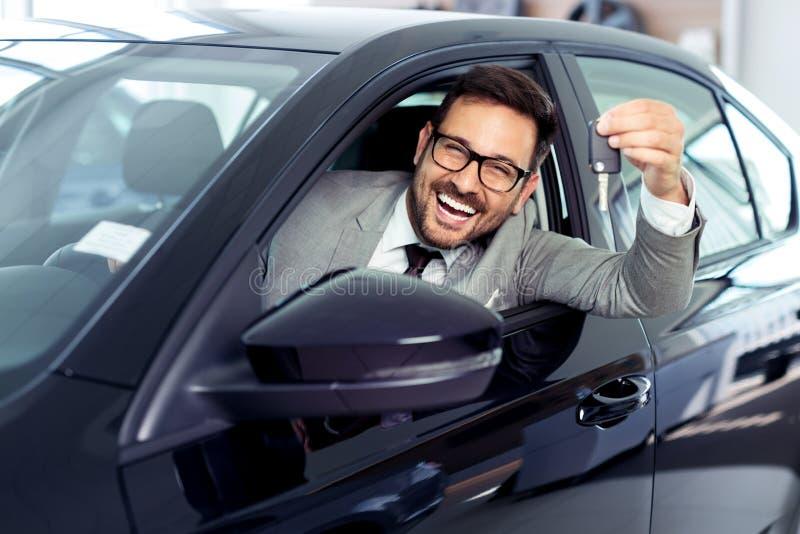 Sprzedawcy sprzedawania samochody przy przedstawicielstwem firmy samochodowej fotografia stock