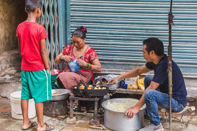 Sprzedawcy Uliczni Sprzedaje Ulicznego jedzenie w Kathmadu zdjęcie stock
